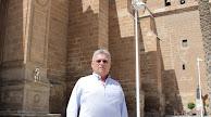 José Luis Cantón ante la Catedral de la Encarnación, sede de su Cofradía de Estudiantes.