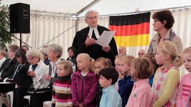 Photo: Großensee-Fest 2014. Die Kinder des Kindergarten Großensee und der Gemischte Chor Großensee gestalteten den musikalischen Teil des Abschluß-Gottesdienstes am Sonntagmorgen. Pastor i.R. Egbert Staabs hielt die Predigt. Er war von 1966 an 13 Jahre Pastor der Tymmo-Kirchengemeinde.