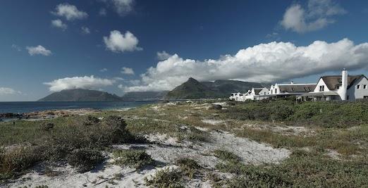 Reet gedeckte Häuser am Strand von Kommetjie