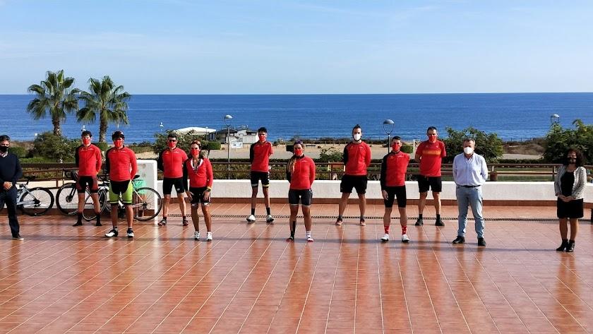 El alcalde y la concejala de Deportes de Pulpí, con los deportistas.