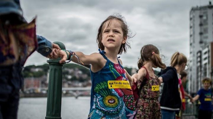 Kinder in der Menschenkette.