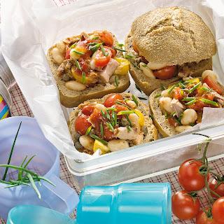 Thunfisch-Bohnen-Salat im Roggenbrötchen