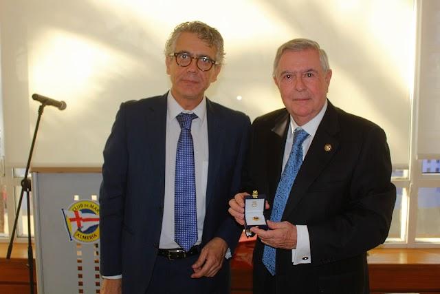 El decano del Colegio de Abogados le hizo entrega del Escudo de Oro Colegial.