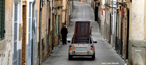 Photo: Auto und Haustür auf Mallorca  Expertentipp - Diebstahlsicherung: Einbrecher suchen immer den einfachsten Weg, um in eine Wohnung einzudringen. Experten raten daher, die Tür einfach immer mitzunehmen.