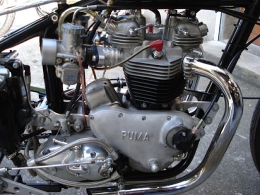 Carters Puma renforcés sur la Triumph Dragster créée dans les ateliers de Machines et Moteurs, spécialiste de la restauration de machines anglaises