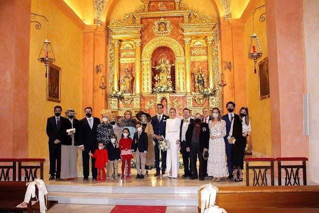 Familias de los contrayentes tras su enlace matrimonial.
