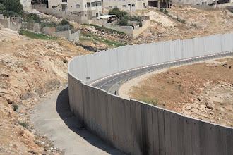 Photo: Totale lengte van de muur om de Palestijnse gebieden is circa 700 kilometer. Dit is meer dan het dubbele van de lengte van de Groene Lijn.