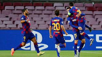 Messi se abraza a Lenglet en el Camp Nou, tras el gol del central del Barcelona.
