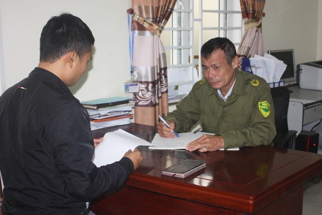 Trưởng Công an thị trấn Quán Hành trao đổi công tác đảm bảo ANTT với người dân