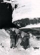 """Photo: """" Worsley y James realizan las observacioens en invierno """""""