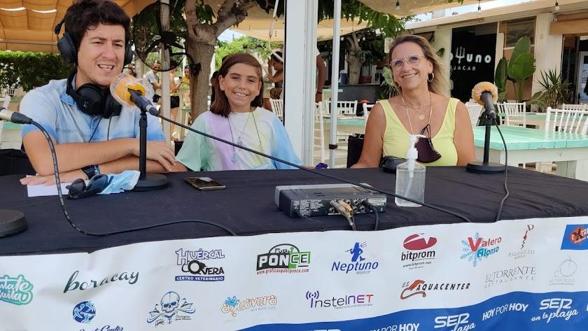 El periodista Guillermo Mirón y Francisca Andreu, gerente de Neptuno, durante la entrevista.
