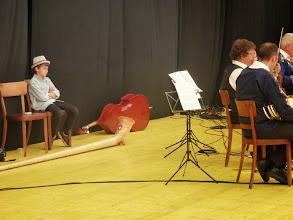 Photo: Ein kleiner Musikant wartet auf seinen Auftritt