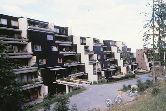 Photo: Christer perheineen asui terassitalossa, joissa oli valtavat parvekkeet (verrattuna 70-luvun suomalaiseen asuntokantaan, ainakin)