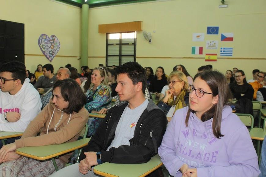 Alumnos de 2º de Bachillerato en la Mesa redonda por el Día de la Mujer del IES Aguadulce.