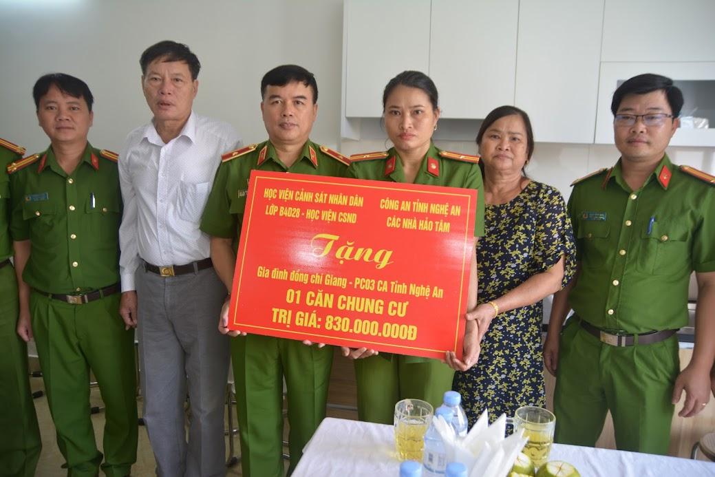 Đồng chí Thiếu tướng Nguyễn Đắc Hoan, Phó Giám đốc Học viện Cảnh sát nhân dân trao quà cho chị Trần Thị Giang.