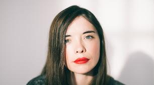 Luna Miguel vive en Barcelona, donde trabaja como periodista. Ha publicado cinco libros de poesía. (Foto: Martina Matencio)