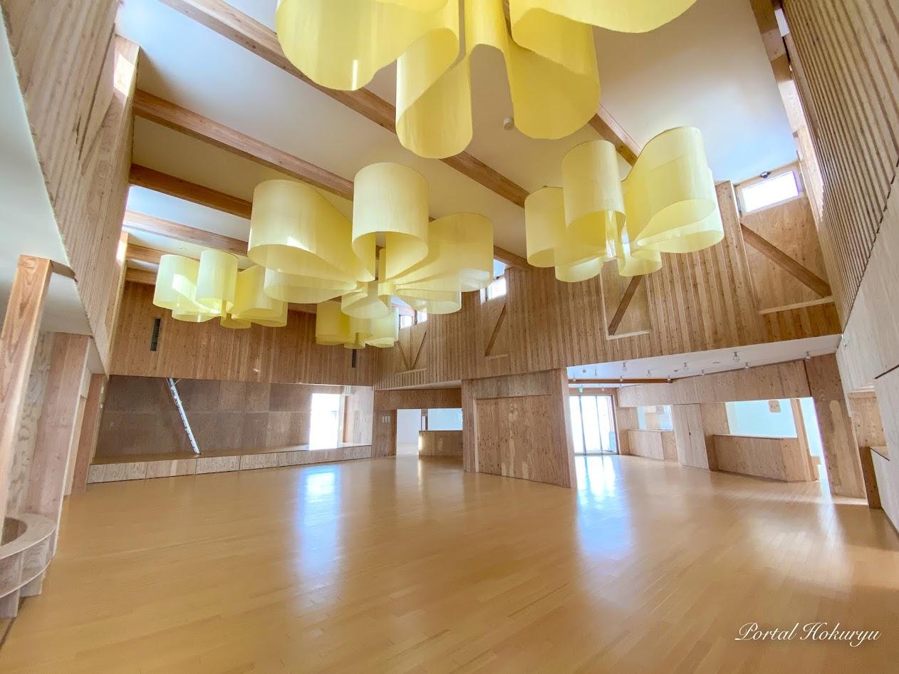 ホールの天井照明カバー「ひまわり染め」