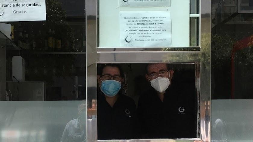 Los camareros del Café Colón con sus mascarillas reglamentarias, un símbolo de los nuevos tiempos.