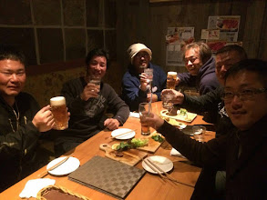 """Photo: ・・・ということで「カンパーイ!」 右側に長崎チーム。 左側に熊本チーム! 手前から海南丸、インクエスト、秀漁丸の船長さんたちです! 特にインクエストの""""ミヤモト船長""""は、 はかなりの変態らしく、沖で会わない事を 切に願うばかりです・・・ウソです。"""