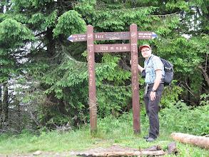 Photo: 12.Gorc (1228 m) zdobyty. Na wierzchołku są ślady po ognisku. Zdjęcie zrobił mi samotny turysta idący przez Gorc na Lubań.