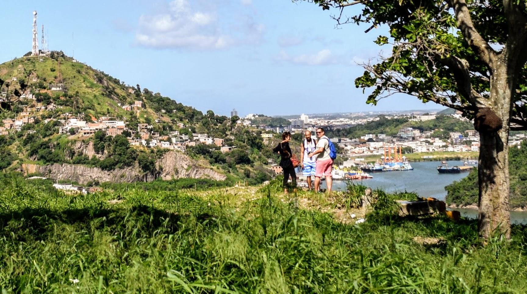 Fernando Martins (no centro) é o idealizador e guia do projeto Tour no Morro