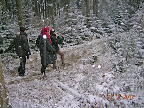 Photo: Nicole fait une photo des sapins sous la neige