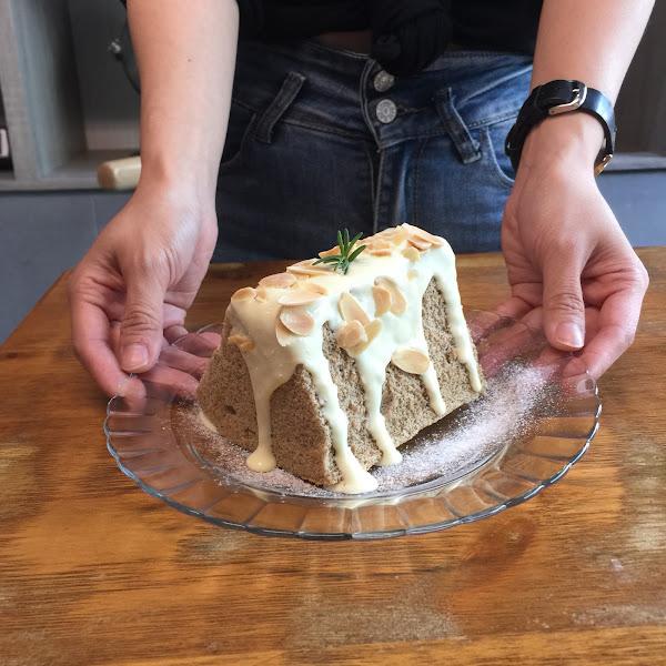 📍往前咖啡店 ———————#米粒食嘉義—————— . 甜點跟飲料都讓人驚艷的一間咖啡廳!第一次吃完還會想外帶回家的😂😂😂最愛海鹽奶蓋伯爵戚風蛋糕了🍰滿滿的海鹽sauce灑上烤的微溫的杏仁