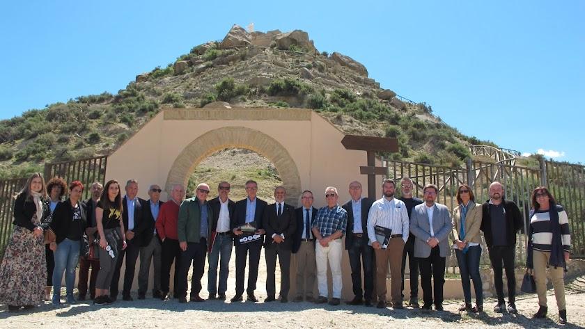 Visita de José Guirao, ministro de Cultura, al al Cerro del Espíritu Santo junto a autoridades provinciales y autonómicas.