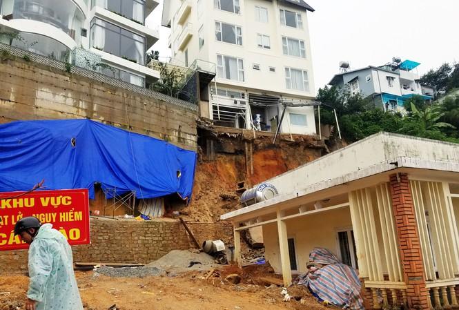 Đà Lạt: Hết ngập lụt lại đến sạt lở, hàng chục du khách phải sơ tán