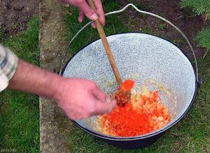Photo: ...dodawanie słodkiej, czerwonej papryki
