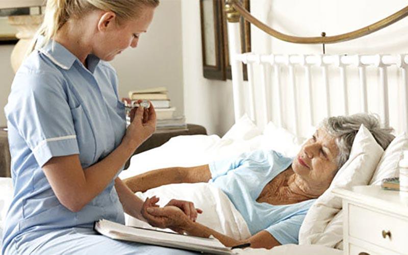Как выбрать сиделку для лежачего больного?