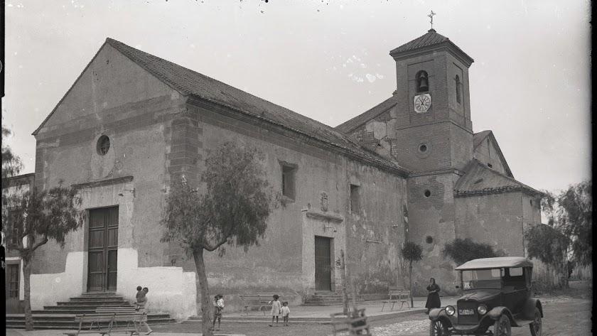 La iglesia de Roquetas donde se iba a celebrar la misa de difuntos del niño (Foto: Col. Domingo Fernández Mateos)