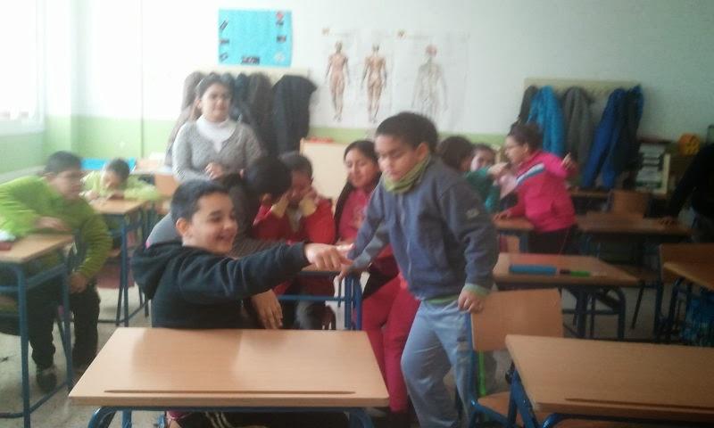 Photo: Alumnado de 5º curso debatiendo sobre qué tema elegir para la encuesta