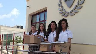 Alumnas del segundo curso del Bachillerato Integrado del SEK Alborán preparando los libros.