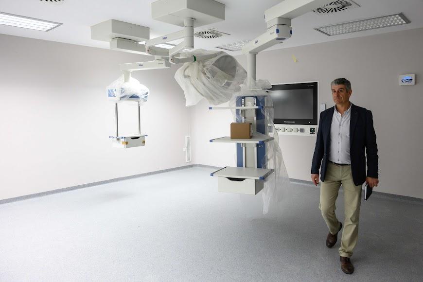 Domingo Jiménez, director económico de Torrecárdenas, en una sala de quirófanos.