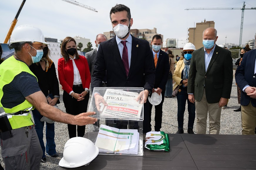 El alcalde, introduciendo los periódicos locales del día, como LA VOZ, en la urna.