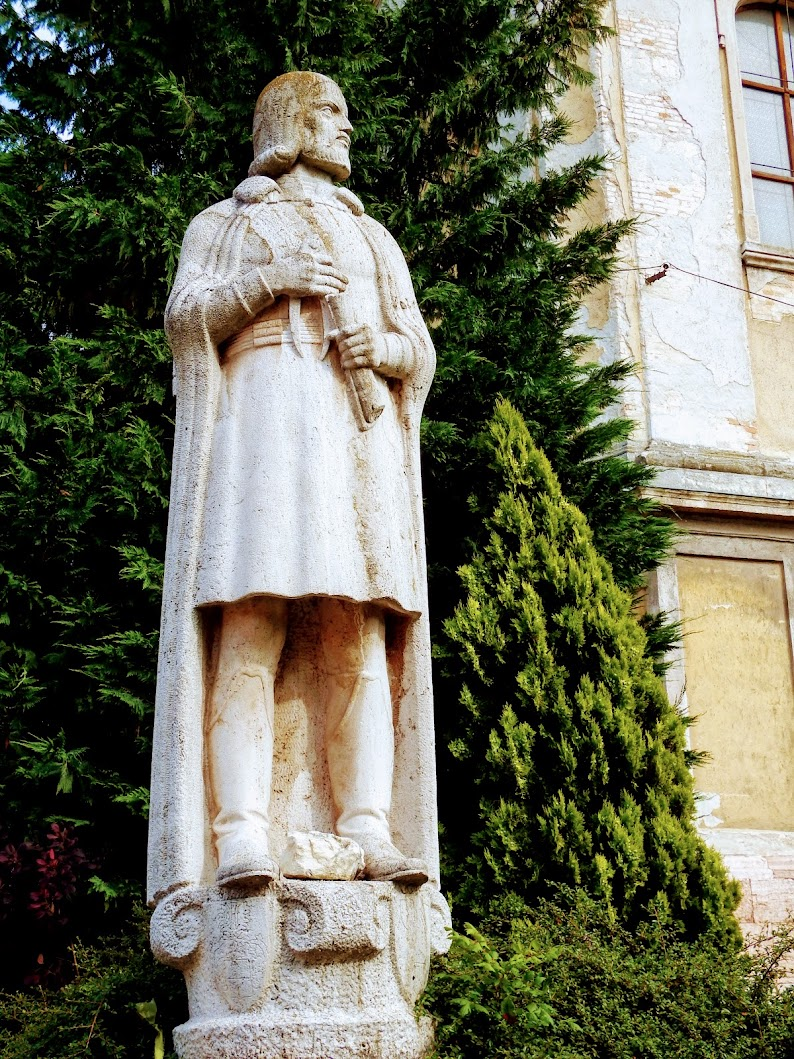 Tata - Fellenthali Fellner Jakab a nagytemplom előtt
