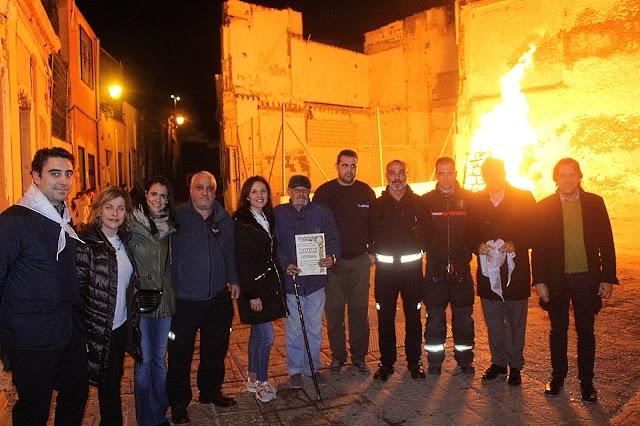 Los vecinos de la calle Hércules lleva cuarenta años ininterrumpidos celebrando las Hogueras de San Antón.
