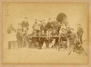 Photo: LA CACERA DELS ESCAPAs  Joan Escapa i Renom, juntament amb els seus germans Ciril i Domènec, els tres fills d'aquest últim, altres familiars, el cunyat Paco Saló i Salas i alguns amics –més tard s'hi icorporà també el seu fill Joan– formaven l'anomenada «Cacera dels Escapas», que rivalitzava amb altres colles de caçadors. De petit el meu pare havia presenciat autèntiques meravelles d'alguns membres de la colla en l'art de la caça i el tir, així com recordava el esmorzars i dinars amb què combinaven aquesta afició.