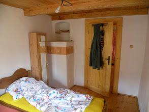 """Photo: """"zabydlená"""" ložnice, do které se nic jiného než 3 postele a malá skříňka nevlezlo, nad přípeckem je nevyužitá nika, která čeká až míša začne zase více šít a ložnice bude přes den šicí ráj..."""