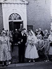 Photo: Jebbi Brinksma en Bouke van Terwisga verlaten de kerk. Veel publiek. Rechts met bril Aaltje Hilberts en daarachter Jantje Hilbrands.