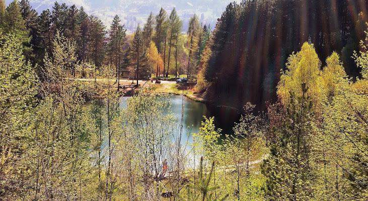 Riflessi di luce sul lago montano