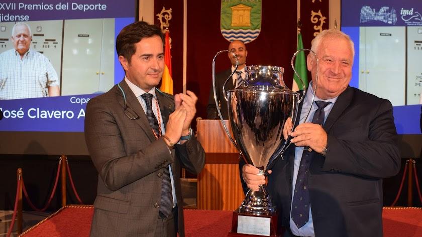 El alcalde de El Ejido entregando uno de los premios.
