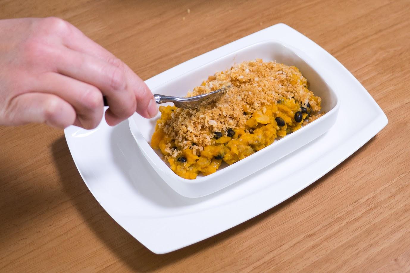 黒千石大豆と南瓜のスコップコロッケ:グラタン皿にいれ、パン粉をかける