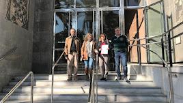 Concejales del PP con la denuncia presentada, en la puerta de la Audiencia.