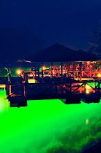 "Photo: 百楽荘 ナイトビュー、浮き桟橋 ""Night view, floating bridge crosspiece"""