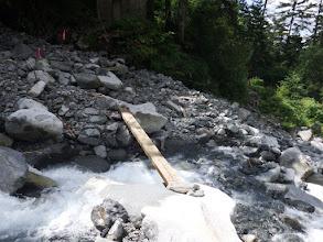 滝谷の橋を渡る