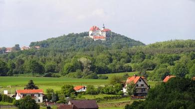 Photo: Die Burg Chlumec ( 526 NN ) wurde vor 1382 erbaut. Auch wir müssen über den Granithügel fahren. Ein kurzer Anstieg mit 20 % iger Steigung.