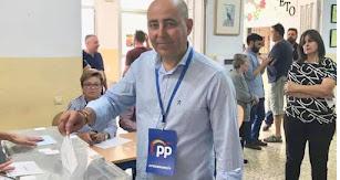 Domingo Fernández ayer, en el momento de la votación.