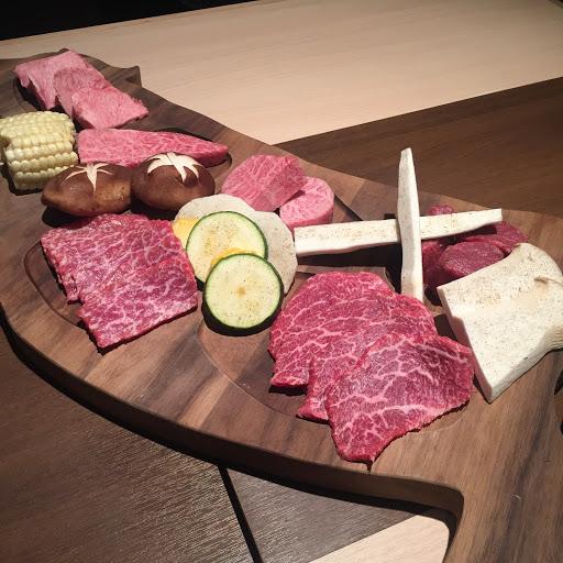 燒肉肉質入口即化,很好吃。而且每桌都有桌邊服務(而且都是包廂),不用擔心烤焦或沒烤熟。 但因為最近太冷,所以沒有瞬間吃完烤好的肉就立刻冷了😭   PS 個人覺得壽喜燒太油